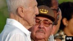 José Ramón Fernández y el gobernante Raúl Castro