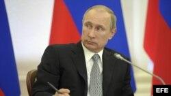 El presidente ruso, Vladimir Putin, preside una reunión con miembros del Consejo de Legisladores en Petrozavodsk, Rusia.