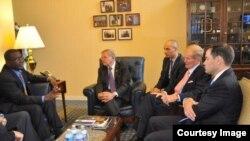 """Los senadores Bob Menendez, Bill Nelson y Marco Rubio con Jorge L. García Pérez """"Antúnez""""."""