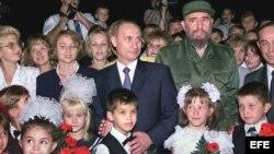 Vladimir Putin y Fidel Castro posan en diciembre del 2000 con familiares de los militares rusos destacados en la base de escuchas radioelectrónicas de Lourdes, cerca de San Antonio de los Baños, que luego fuera cerrada por el mandatario ruso.