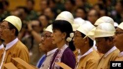 Suu Kyi jura en el parlamento birmano