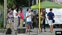 Periodistas aguardan el 20 de julio del 2015, frente a la Embajada de Estados Unidos en Cuba en La Habana.