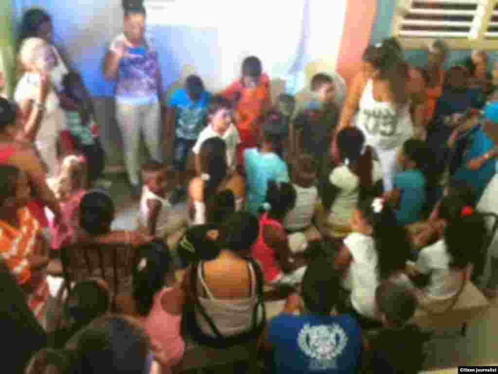Reporta Cuba ninos extendiendo manos fotoBerta Soler