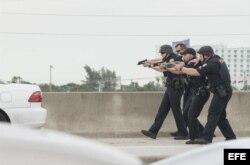 Varios policías detienen un auto en las inmediaciones del aeropuerto de Fort Lauderdale, Florida.