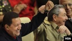 Cuba recibe de Venezuela 100.000 barriles diarios de petróleo y generosos pagos por servicios profesionales.