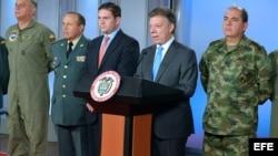 El presidente Santos anuncia el cambio de toda la cúpula militar y policial de Colombia.