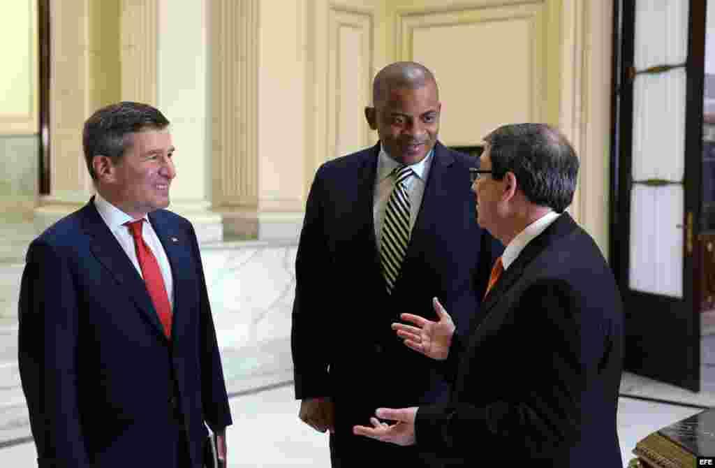 Encuentro en La Habana entre Bruno Rodríguez (d), el secretario estadounidense de Transporte, Anthony R. Foxx (i) y el secretario adjunto para Asuntos Económicos y Negocios del Departamento de Estado de Estados Unidos, Charles H. Rivkin.