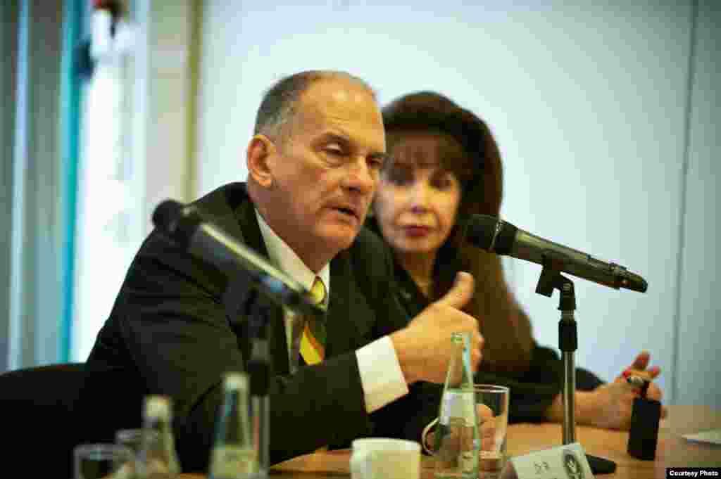 El abogado y ex preso político René Gómez Manzano junto a Anolan Ponce, activista cubana, exiliada en Miami, participan en la Conferencia de Prensa.