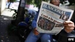 Un hombre lee el periódico El Nacional en Caracas (Venezuela).