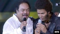 """Los cantantes cubanos Francisco Céspedes (i) y Amaury Gutiérrez cantaron por primera vez juntos en el Festival Internacional """"Acafest 2003"""" que se desarrolló en el puerto de Acapulco, México."""
