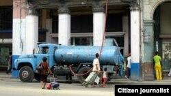 Reporta Cuba. Pipas para llevar agua a vecinos en la Habana Vieja. Foto: Mairo Hechavarría.