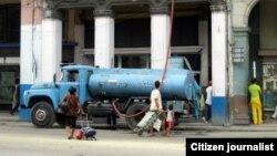 Pipas para llevar agua a vecinos en La Habana Vieja.