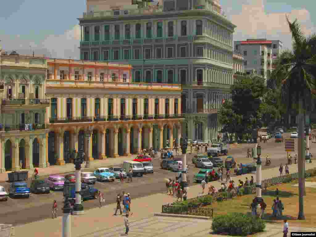 Imagen del Hotel Saratoga (derecha) en la Habana.