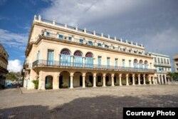 Fachada del Hotel Santa Isabel en la Plaza de Armas de La Habana