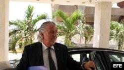 El embajador de la Unión Europea en Cuba, Hernán Portocarero, llega hoy, martes 29 de abril de 2014, a la sede del Ministerio de Relaciones Exteriores, en La Habana (Cuba).