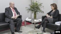 Reunión bilateral del secretario general de la OEA, José Miguel Insulza (i) y la vicepresidenta del Gobierno español, Soraya Sáez de Santamaría, en la Cumbre Iberoamericana.