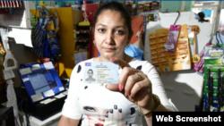 La cubana Aniliuvis Rondón trabaja como cajera en un supermercado en Santa Rosa. tomado de El País