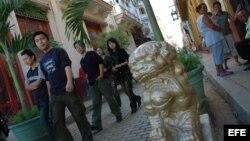 Varios turistas chinos caminan en el Barrio Chino de La Habana, a salvo del intenso frío que reina en su país EFE