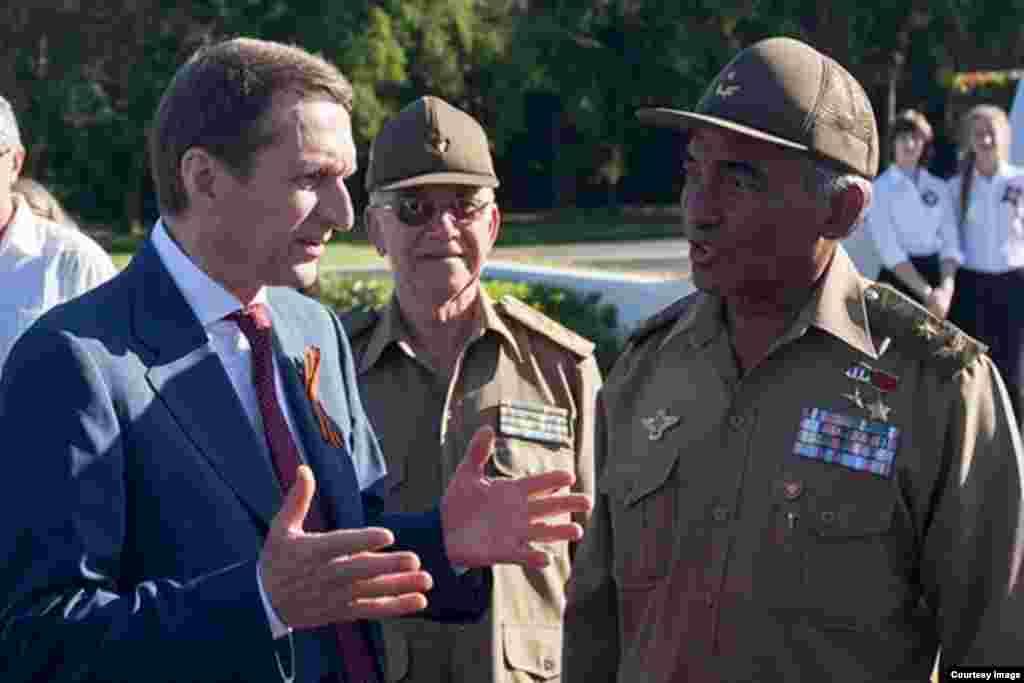 Narishkin con el general cubano Arnaldo Tamayo Méndez.