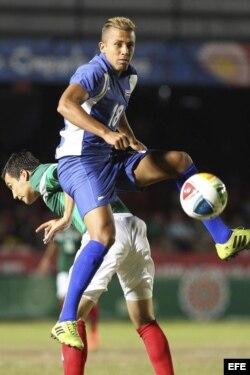 El jugador Erick Torres (atrás), de México, y Abel Martínez (frente), de Cuba, disputan un balón durante la semifinal que disputaron ayer en el marco de los XXII Juegos Centroamericanos y del Caribe Veracruz 2014.