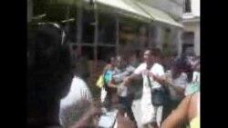 Cubano grita Abajo Fidel en plana calle