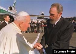 Juan Pablo II y Fidel Castro durante la visita del pontífice a Cuba en 1998.