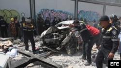 Equipos de rescate trabajan en la zona de un edificio derruido en Ciudad de México.