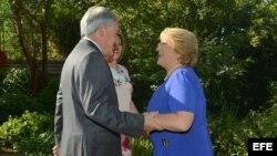 Presidente de Chile Sebastián Piñera con la electa presidenta Michelle Bachelet