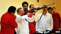 Fotografía 22 de diciembre de 2007 en Santiago de Cuba, Hugo Chávez (i.), Raúl Castro (c.), Nicolás Maduro y Elías Jaua