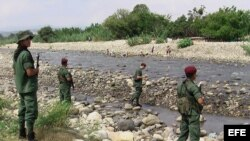 Militares venezolanos patrullan la frontera con Colombia. Archivo.