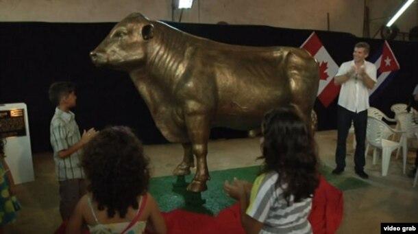 El abogado Carey Linde (d) gastó $100.000 en esta estatua del semental vendido a Cuba en 1961 Rosafé Signet.