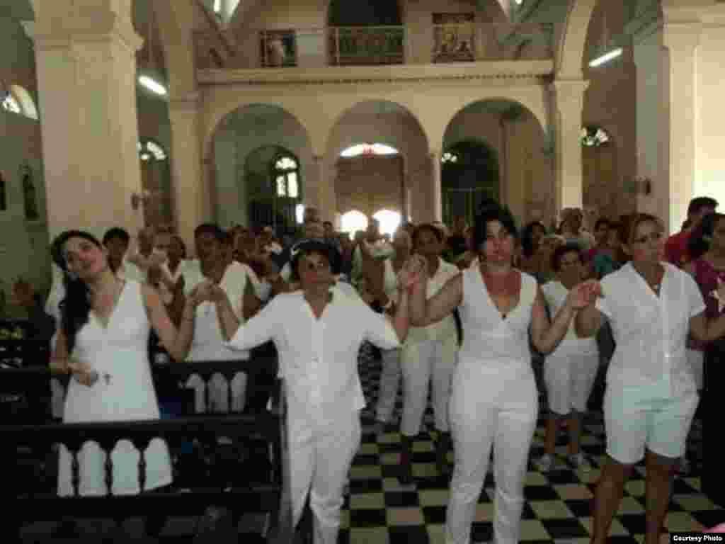 Durante la misa en la Iglesia de Colón, Matanzas