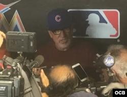 La prensa en Miami entrevista al manager de los Cachorros Joe Madon. Foto Edemio Navas