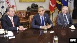 El presidente estadounidense Barack Obama (c) conversa con el presidente de la Cámara de Representantes John Boehner (i) y el líder republicano del Senado, Harry Reid (d) durante una reunión en la Casa Blanca, Washington, Estados Unidos el 16 de noviembre