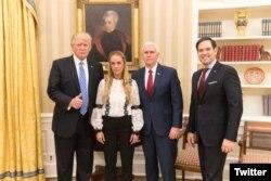 El presidente Donald Trump junto a Lilian Tintori, esposa de Leopoldo López, Marco Rubio y el vicepresidente Pence.