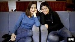 """La cineasta Claudia Pinto (d), directora de La distancia más larga"""" posa junto a la actriz protagonista de su ópera prima."""