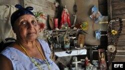 Carmen, una campesina espiritista, posa junto a su altar el pasado 5 de agosto de 2011 en la zona rural de la ciudad de Baracoa.