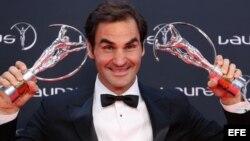 """Roger Federer posa con los premios """"Deportista masculino del Año"""" y """"Mejor Reaparición Internacional del Año"""" hoy, martes 27 de febrero de 2018, en la entrega de los Premios Laureus, en Mónaco (Mónaco)."""