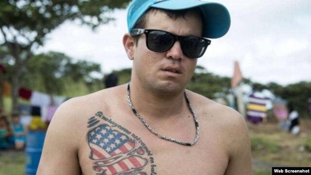 """Si no hay carro nos vamos en balsa"", reza el tatuaje (Cubanet, Foto tomada de Internet)"