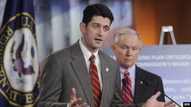 El presidente del Comité de presupuesto de la Cámara de Representantes, Paul Ryan (i).
