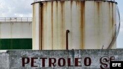 Foto de archivo. Tanques de almacenamiento de combustible pertenecientes a la empresa estatal Cupet en la zona de Boca de Jaruco, en La Habana.