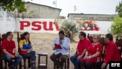 El presidente encargado de Venezuela y candidato a las elecciones presidenciales, Nicolás Maduro (c), habla durante un acto político en Sabaneta (Venezuela) pueblo natal del fallecido presidente Hugo Chávez.