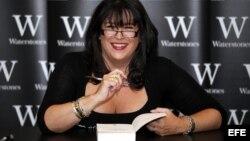 La escritora británica E.L. James firma a un seguidor una copia de su libro 'Cincuenta sombras de Grey'.
