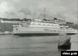 """El ferry """"City of Havana"""" zarpa rumbo a Cayo Hueso, por el canal del puerto habanero."""