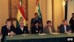 De izquierda a derecha, el vicedirector, gerente y director de operaciones de Gazprom, Roman Kuznetcov; el ministro de hidrocarburos y energía Juan José Sosa; el presidente de Bolivia, Evo Morales; el presidente de YPFB, Carlos Villegas, y el vicepresiden