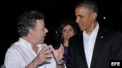 Fotografía cedida por la presidencia de Colombia del Presidente de Estados Unidos, Barack Obama (d), conversando con su homólogo de Colombia, Juan Manuel Santos (i), durante la cena ofrecida en el castillo de San Felipe a los presidentes de la VI Cumbre