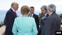 El presidente estadounidense Donald Trump conversa la canciller alemananAngela Merkel; el presidente francés Emmanuel Macron; el primer ministro italiano Paolo Gentiloni, y el pte. de la Comisión EU, Jean-Claude Juncker.