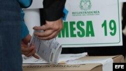 Un votante introduce su papeleta en una urna durante la segunda vuelta presidencial, en Bogotá.