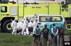 Traslado de cadáveres de avión accidentado.