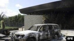 Vista de los restos carbonizados de un edificio del consulado estadounidense en Bengasi (Libia) . Archivo.